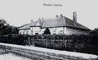 Bývalý kláštor, v ktorom v rokoch 1945 – 1962 bola umiestnená základná škola (v súčasnosti sídlo kvetinárstva, lekárne a zdravotnej ambulancie pre dospelých).